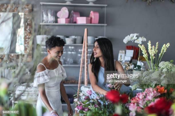 flower shop girls - wedding planner foto e immagini stock