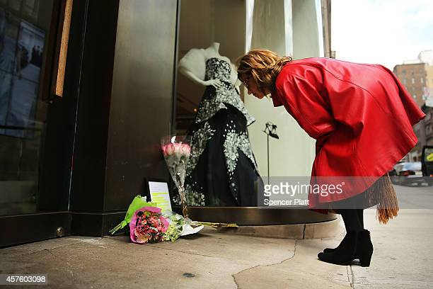 Flowers and cards are viewed in front of the Madison Avenue store of fashion designer Oscar de la Renta on October 21 2014 in New York City De la...