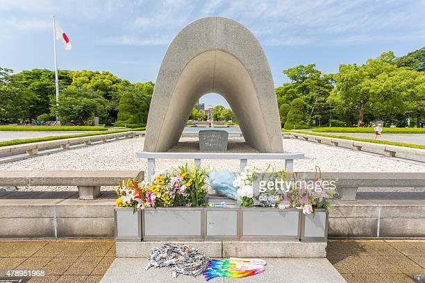 flores y grúas a la paz de hiroshima park y bomba atómica monumento - hiroshima fotografías e imágenes de stock