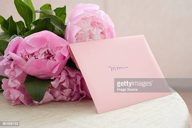 flowers and mothers day card - mother's day stock pictures, royalty-free photos & images