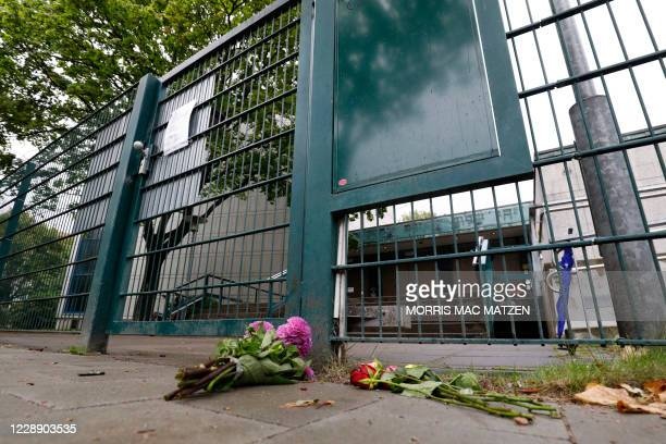 Flowers are placed in front of the entrance to the Synagoge 'Hohe Weide' in Hamburg, northern Germany, on Oktober 5 one day after an attack on a...