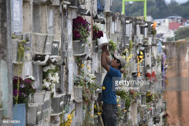 Flowers are renewed at Guatemala City's General Cementery on October 31 2017 on the eve of All Saints Day / AFP PHOTO / Johan ORDONEZ