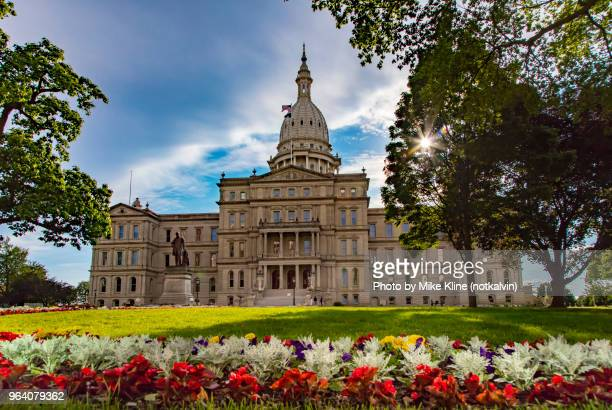 flowers at lansing's capitol building - capitais internacionais - fotografias e filmes do acervo