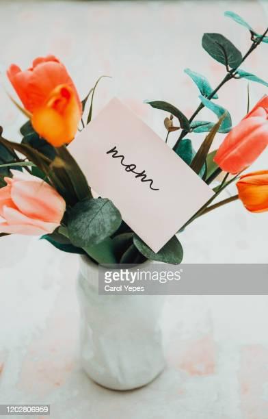 flowers bouquet and mothers day text on banner - muttertag blumen stock-fotos und bilder