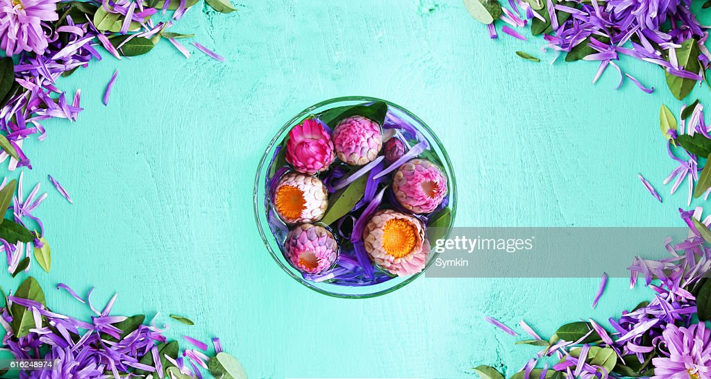 Flowers in a glass in the middle of the table : Foto de stock