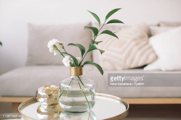 flowers in vase on table at home - hausdekor stock-fotos und bilder