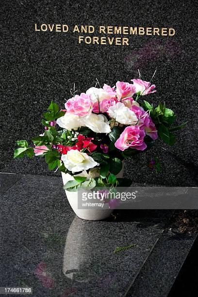 fiori in una tomba - monumento commemorativo foto e immagini stock
