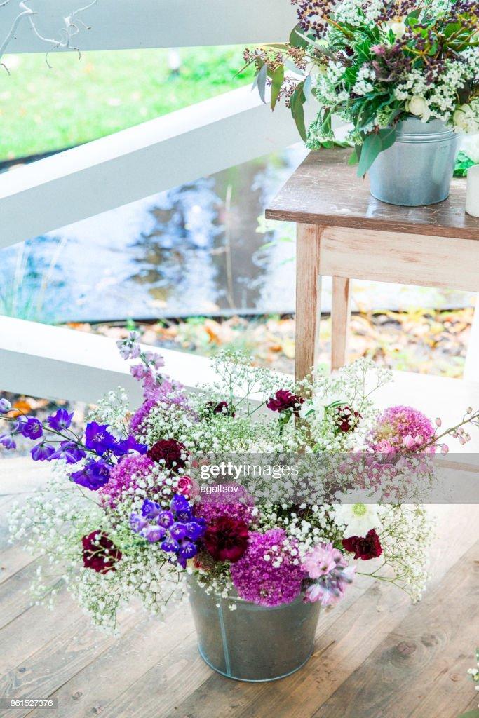 Blumen Mit Dekor Und Weissen Holz Stock Foto Getty Images
