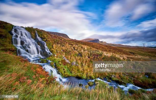 雲の中でストールの老人ピークとストールでロッホリータンに花嫁のベールの滝を流れる。 - ポートリー ストックフォトと画像