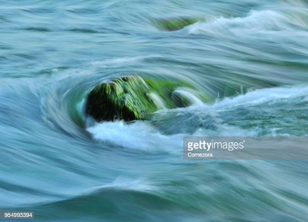 flowing water backgrounds - scorrere foto e immagini stock
