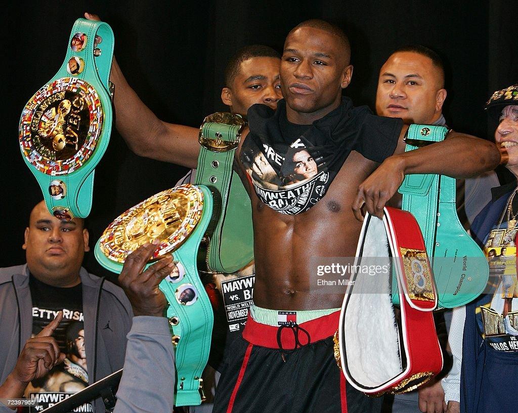 Carlos Baldomir v Floyd Mayweather Weigh-In : News Photo