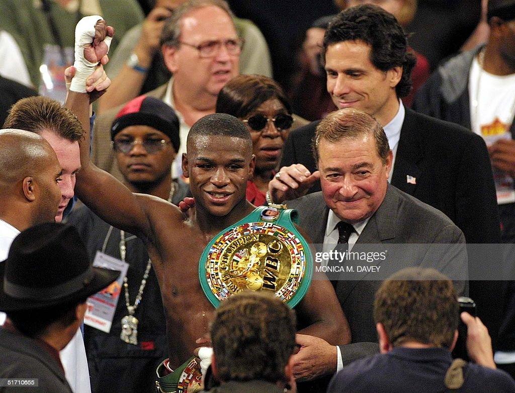 Floyd Mayweather, WBC Champion (C), stands with pr : News Photo