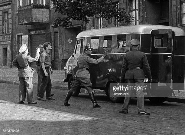 Flucht einer dreiköpfigen Familie aus demGrenzhaus Bernauer Strasse 7 nachWestberlin am 2291961Westberliner Polizisten decken mitgezogenen Waffen den...