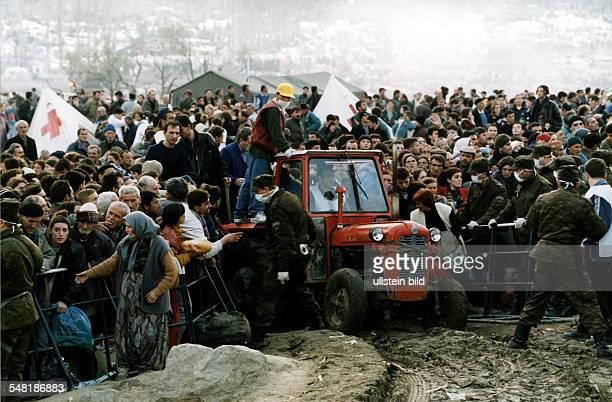 Flucht und Vertreibung der Albaner im Kosovo: Flüchtlinge bei Blace, vor der mazedonischen Grenze: I.V. Mazedonische Soldaten.