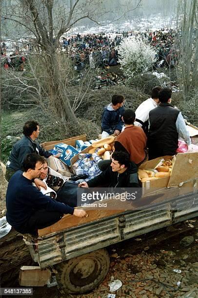 Flucht und Vertreibung der Albaner im Kosovo: Junge Männer, selbst Flüchtlinge bringen einige Versorgungsgüter in das Flüchtlingslager bei Blace vor...