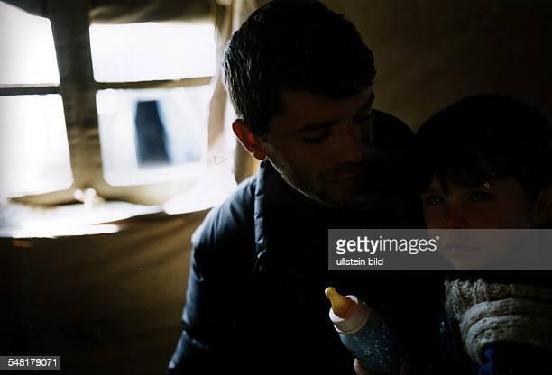 Flucht und Vertreibung der albanischen Bevölkerung aus dem Kosovo: Flüchtlingslager Stenkovic Vater mit seinem Sohn im Feldkrankenhaus der...