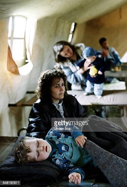 Flucht und Vertreibung der albanischen Bevölkerung aus dem Kosovo: Flüchtlingslager Stenkovic Mutter mit ihrem Kleinkind im Feldkrankenhaus der...