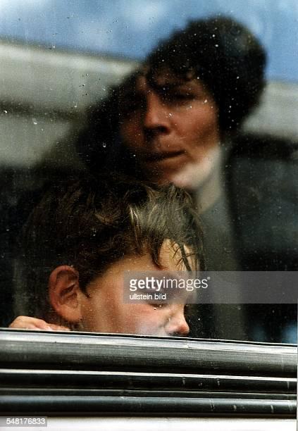 Flucht und Vertreibung der albanischen Bevölkerung aus dem Kosovo: Mutter und Sohn in einem Autobus auf dem Weg zum Flughafen in Skopje, von wo sie...