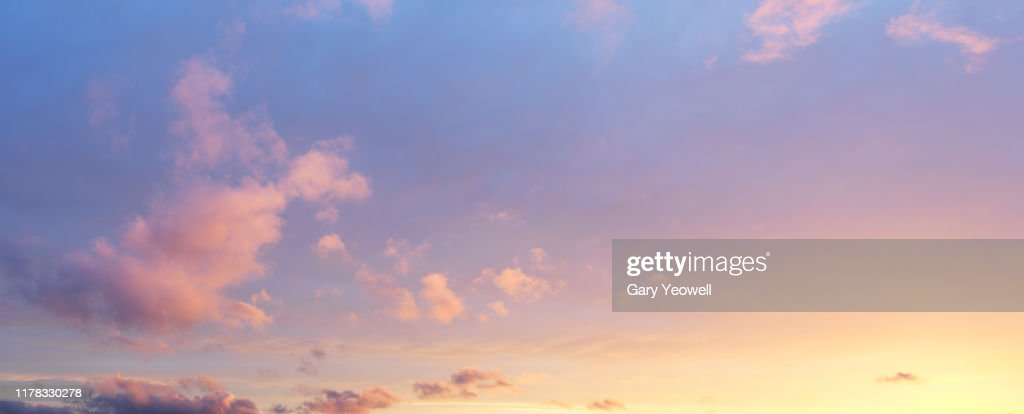 Fluffy clouds at sunset : Foto de stock