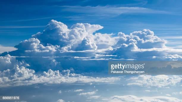 fluffy clouds in blue sky - inquadratura da un aereo foto e immagini stock