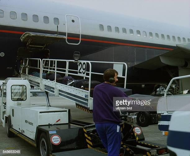 Koffer werden miteinem Transportband in einen Jet verladen 1995