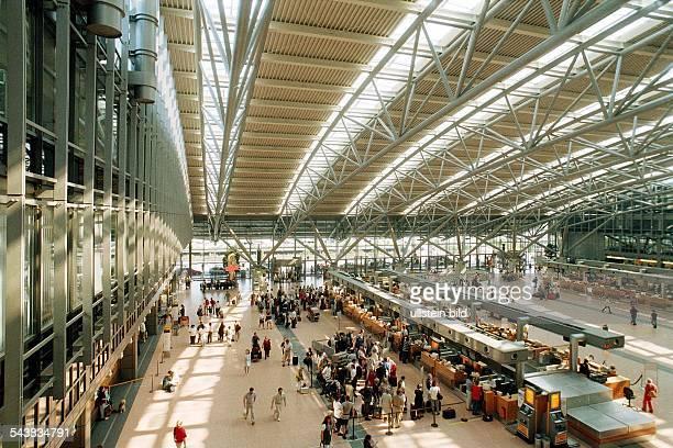 Übersicht über die Halle des Terminal 4 mit Abflugschaltern und Reisenden Architektur Gebäude