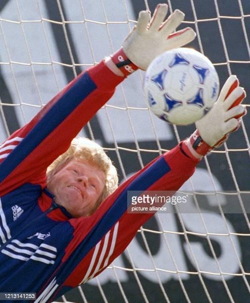 Ganz lang macht sich Bayern Münchens Torhüter Oliver Kahn, um beim Training des Bundesligavereins am 1.3.1999 in München einen Ball zu fangen. Kahn...
