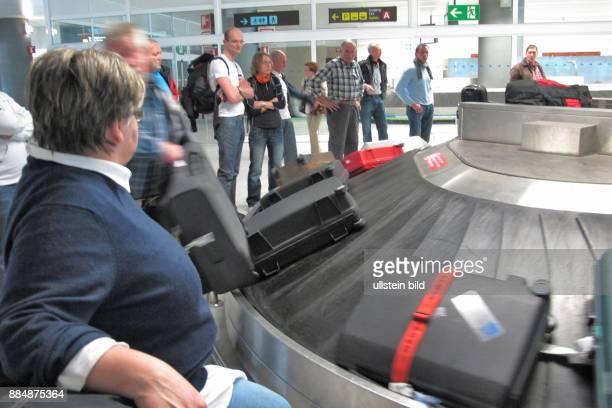 Flugpassagiere warten auf Koffer am Kofferband gesehen am Flughafen Rosario Fuerteventura