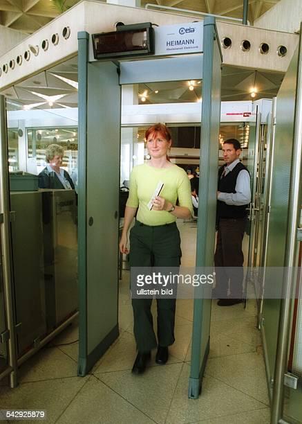 Passagierkontrolle am Flughafen Köln/Bonn Innere Sicherheit Flughafen Köln Bonn Kontrolle Sicherheitsvorkehrung Sicherheitscheck Schranke...