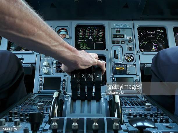 Flugverkehr Flugzeug Schubhebel im Airbus A340 Der Pilot gibt Gas April 2007