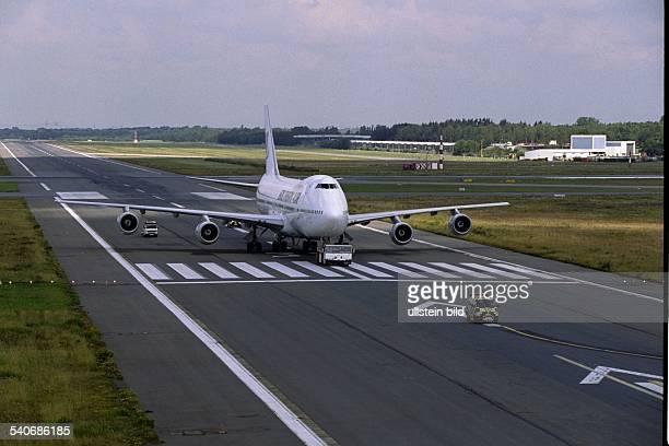 Maschine vom Typ Boeing 747 auf der Startbahn 33 des Hamburger Flughafens