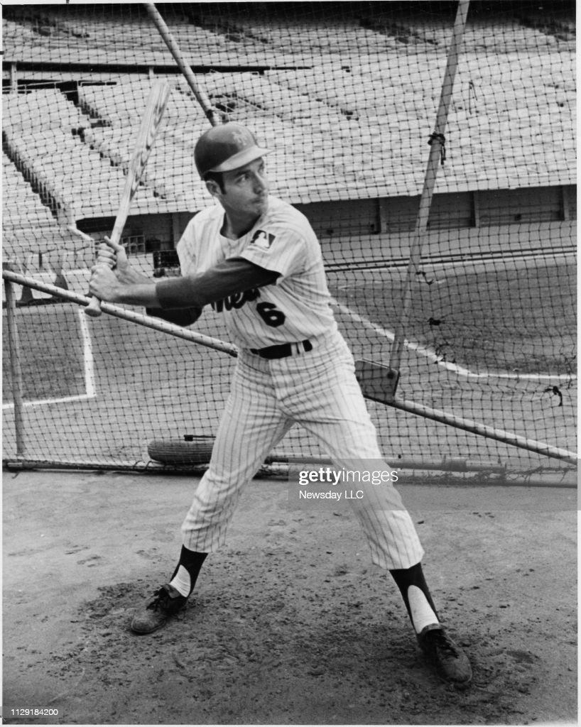 New York Mets Al Weis practicing hitting in the batting cage ...