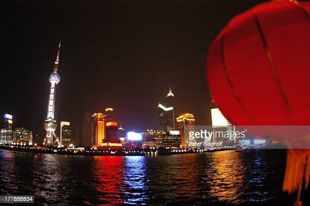 Fluss Huangpu Sykline bei Nacht Fernsehturm Oriental Pearl Tower Hotel Shangri La Aurora Plaza Stadtteil Pudong Shanghai China Asien Fluss Huangpu...