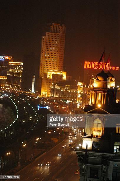 Fluss Huangpu Uferstraße Prachtstraße Bund Pudong Development Bank im Hintergrund Peace Hotel Stadtteil Puxi Shanghai China Asien Gebäude Bauwerk...