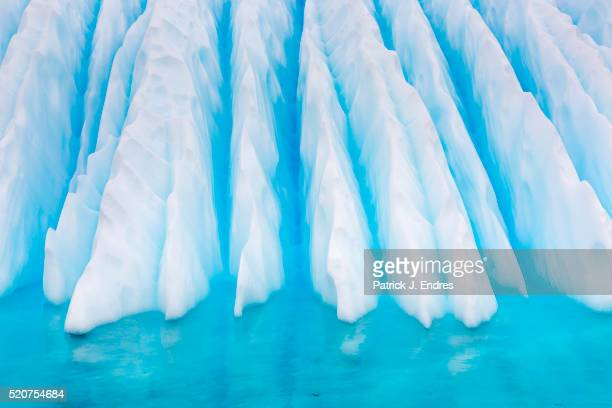 fluted iceberg shapes in blue water - antarctic sound foto e immagini stock