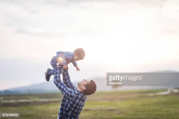 jongen vliegen vliegen - oppakken stockfoto's en -beelden