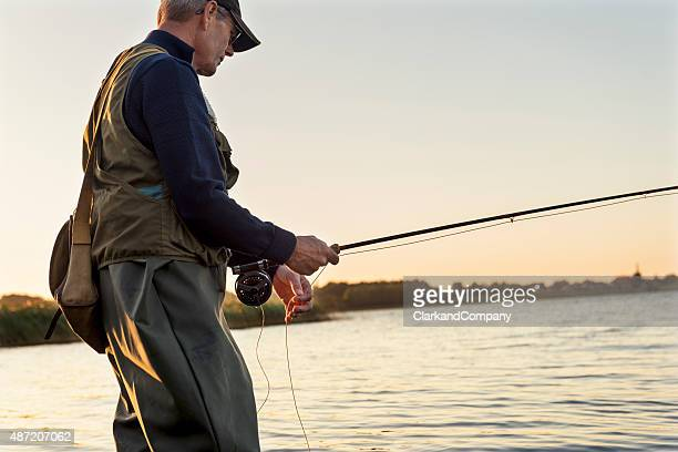 Fly Fisherman attend patiemment pour un en-cas