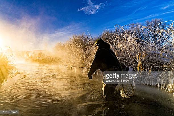 fly fishing in extreme cold winter conditions - fly casting stockfoto's en -beelden