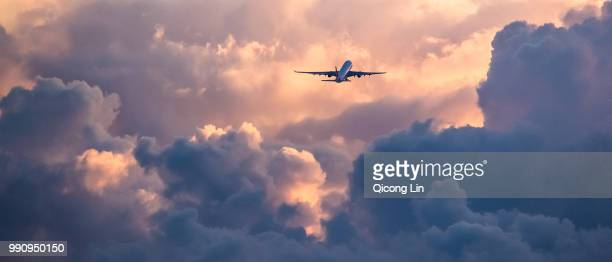 fly into the light - flugzeug stock-fotos und bilder