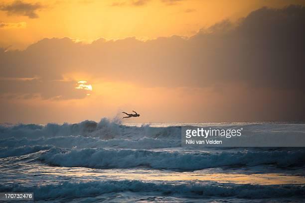 fly past surfer - ダーバン ストックフォトと画像