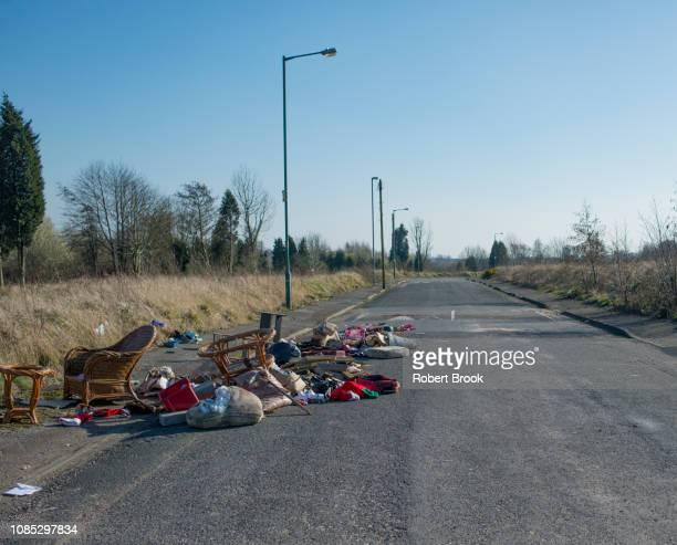 fly tipping on abandoned road - niet gecultiveerd stockfoto's en -beelden
