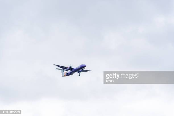 flybe aircraft landing at london heathrow - flybe stock pictures, royalty-free photos & images