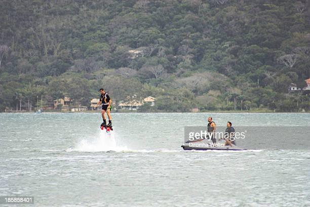 CONTENT] O flyboard é uma nova modalidade dos esportes aquáticos que o praticante pode voar e fazer manobras sobre a água com a ajuda de um jetski...