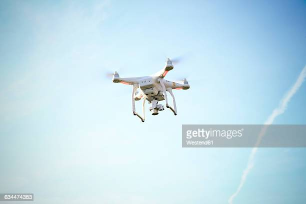 flying drone with camera - drone photos et images de collection