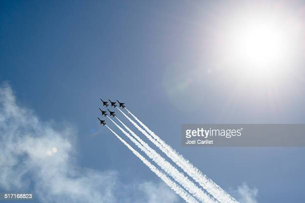 flying in formation - thunderbirds - air force thunderbirds stock pictures, royalty-free photos & images