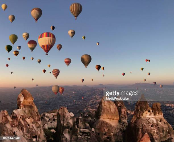 sobrevoando a capadócia em um balão de ar quente - ponto turístico internacional - fotografias e filmes do acervo