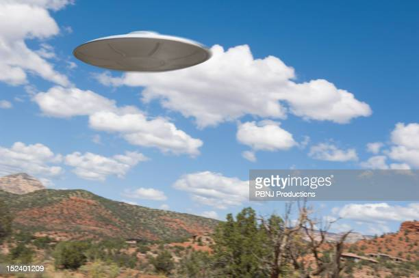 ufo flying over desert - ovni photos et images de collection