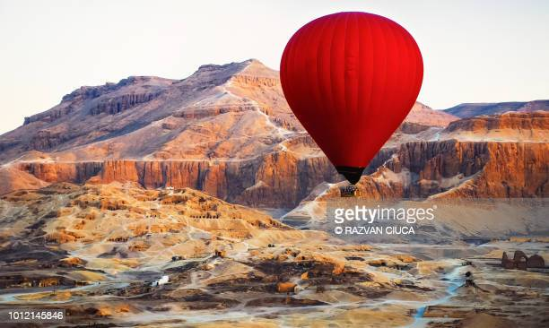 flying over luxor - hot air balloon stock pictures, royalty-free photos & images