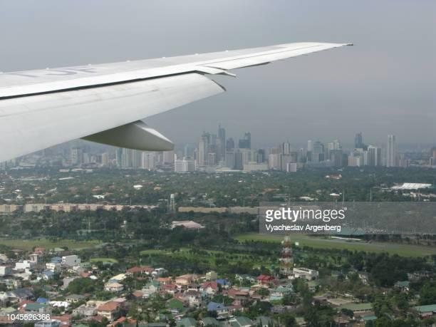 flying over manila, approaching the manila naia airport, philippines - argenberg fotografías e imágenes de stock