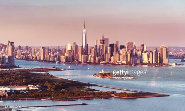 voando sobre nova york com manhattan no fundo - ilha staten - fotografias e filmes do acervo